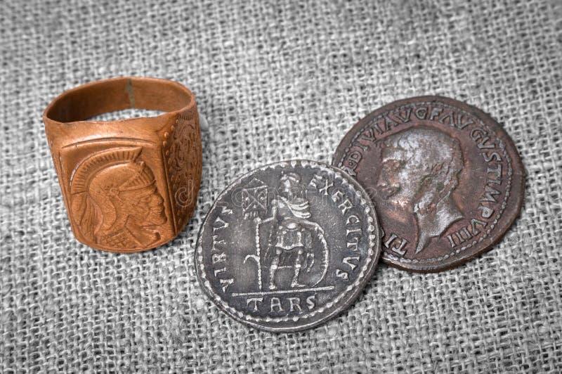 Zegelring en twee muntstukken van oud Roman Empire stock afbeelding