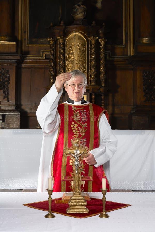 Zegen tijdens katholieke massa stock foto