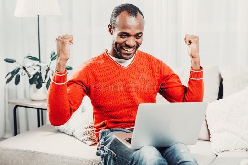 Zegevierend mannelijke persoon die moderne technologie gebruiken royalty-vrije stock afbeeldingen