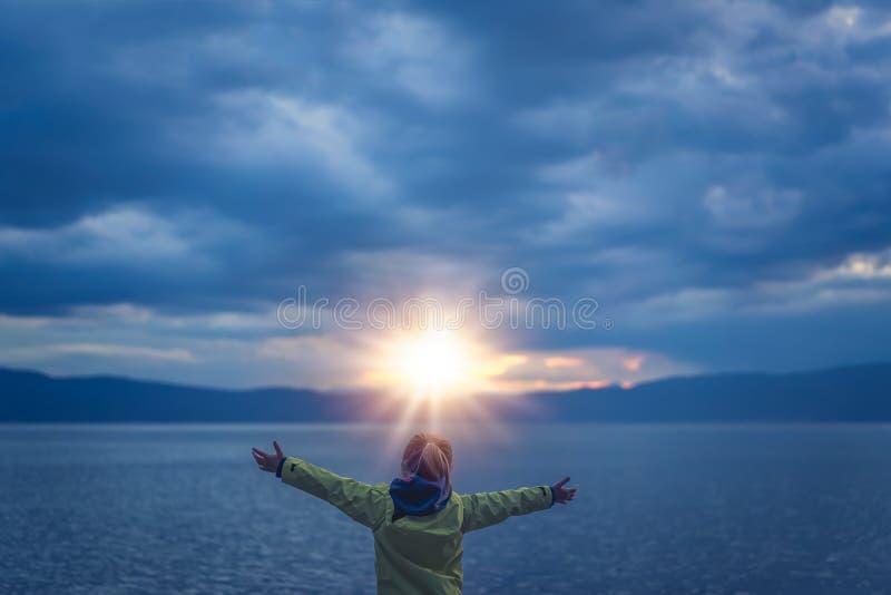 Zegevierend meisje op meerkust royalty-vrije stock foto's
