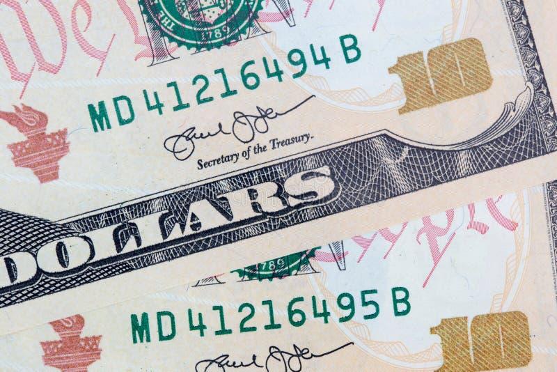 Zehn Dollarscheine schließen herauf nachfolgende Seriennummern stockfotografie