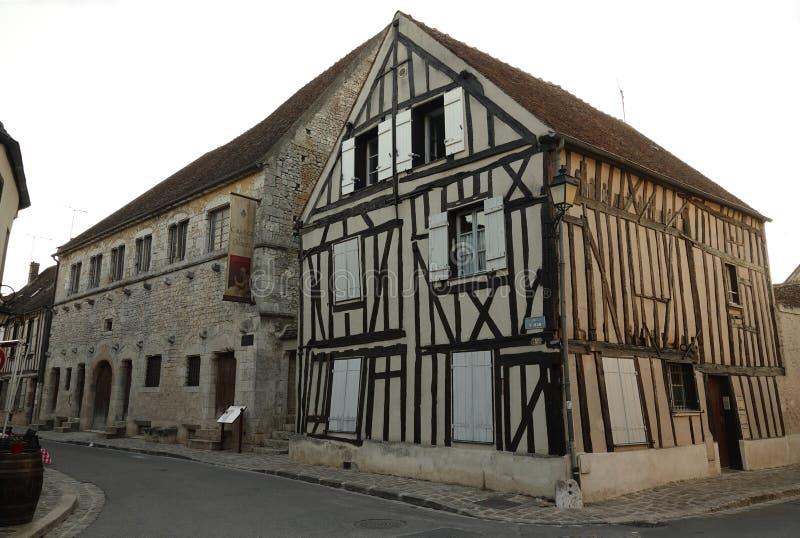 Zehntscheune und mittelalterliches Haus in Provins in Frankreich stockfotografie