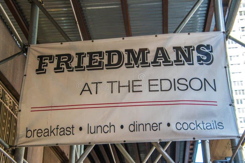 Zeichen auf Baugerüst an der Baustelle am Haupteingang von Friedmans Restaurant bei Edison Hotel auf 47. Straße herein stockbild