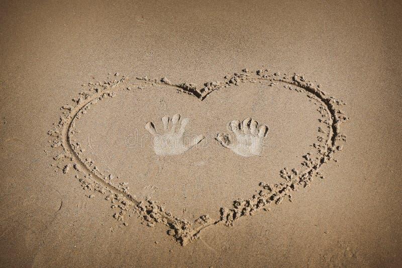 Zeichen auf dem Sandstrand stockbilder