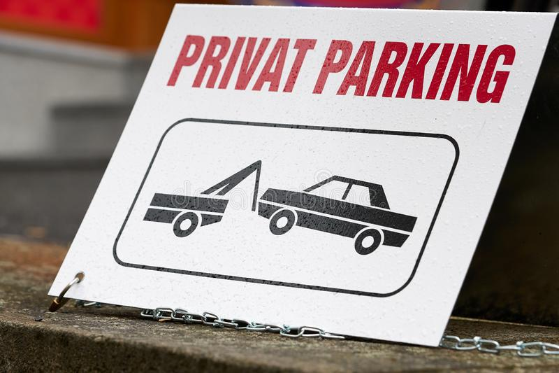 Zeichen auf einem privaten Parkplatz stockfotografie