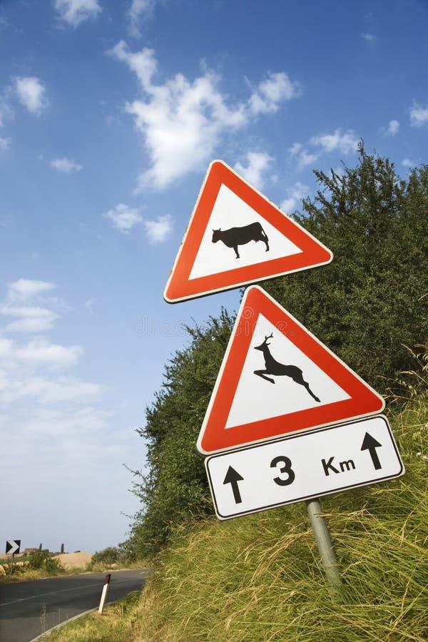 Zeichen auf einer landwirtschaftlichen Straße in Italien stockfotos