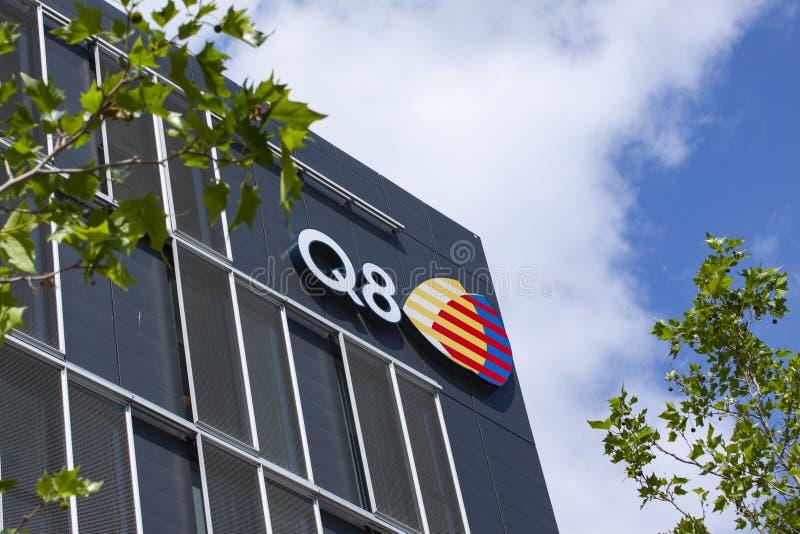 Zeichen auf errichtender Fassade mit dem Logo von Q8, Kuwait-Erdöl international stockbild