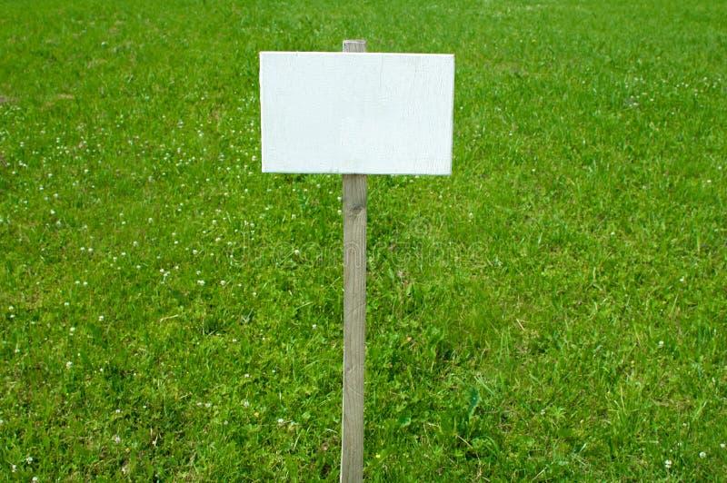 Zeichen auf Gras mit Raum für Titel stockbild