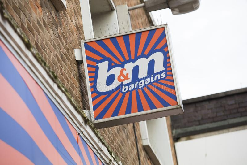 Zeichen B&M Bargains auf der Hautpstra?e - Scunthorpe, Lincolnshire, Vereinigtes K?nigreich - 23. Januar 2018 stockbild