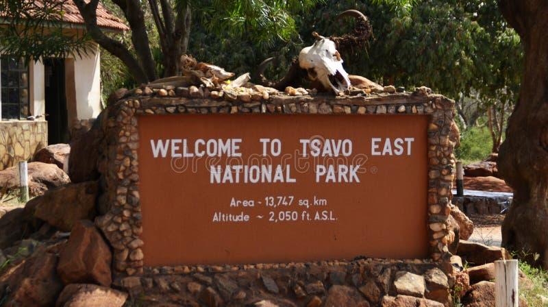 Zeichen begrüßt Besucher in Westnationalpark Tsavo in Kenia, Afrika lizenzfreies stockbild