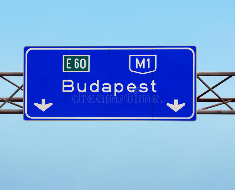 Zeichen Budapests Ungarn auf der Autobahn stockfoto