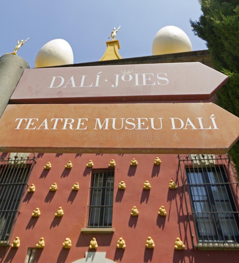 Zeichen Dali-Museum in Figueres stockfotos