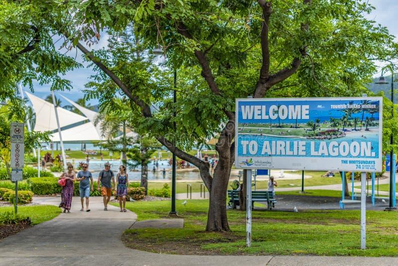 Zeichen, das Touristen zu Airlie-Lagune begrüßt australien lizenzfreie stockfotografie