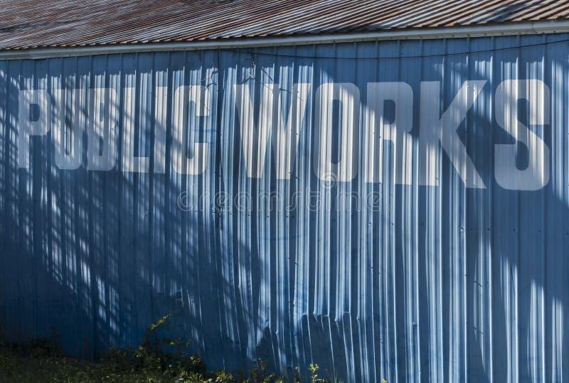 Zeichen der Arbeiten auf Gebäude stockfotografie