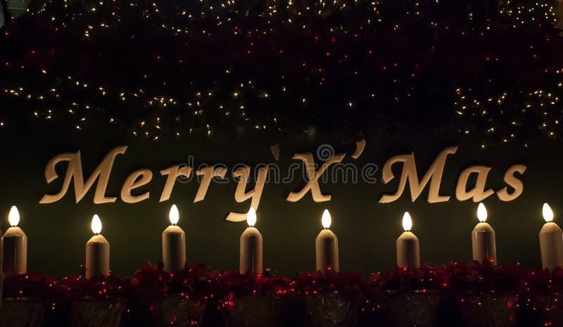 Zeichen der frohen Weihnachten mit Kerze und Leuchte lizenzfreie stockfotos