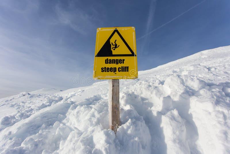 Zeichen der Gefahrensteilen Klippe Gebirgs lizenzfreies stockfoto