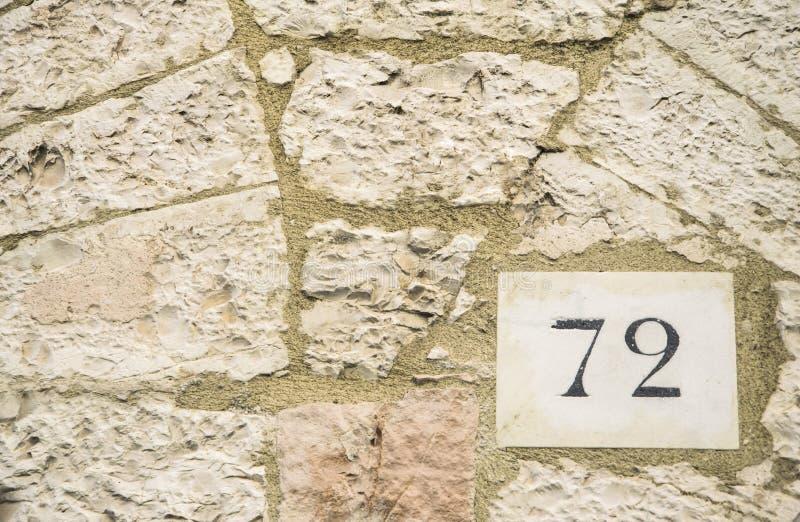 Zeichen der Hausnummer 72 lizenzfreies stockbild