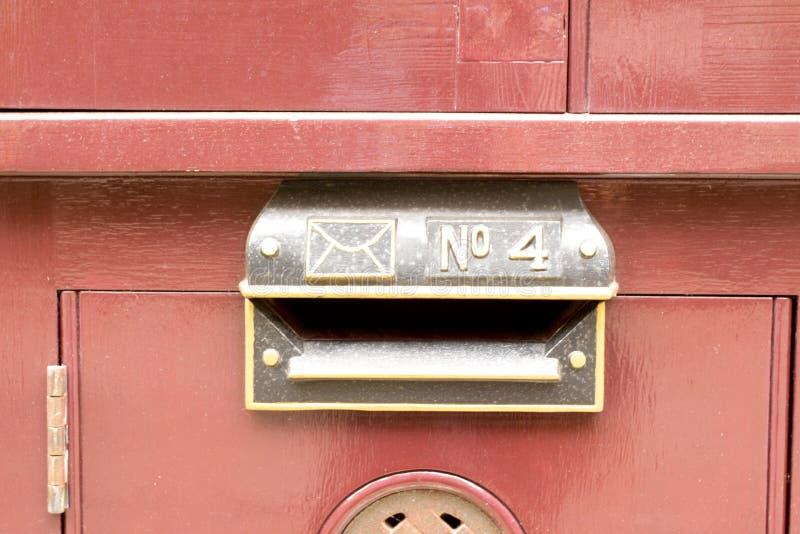 Zeichen der Hausnummer 4 als Teil des Briefkastens lizenzfreies stockbild
