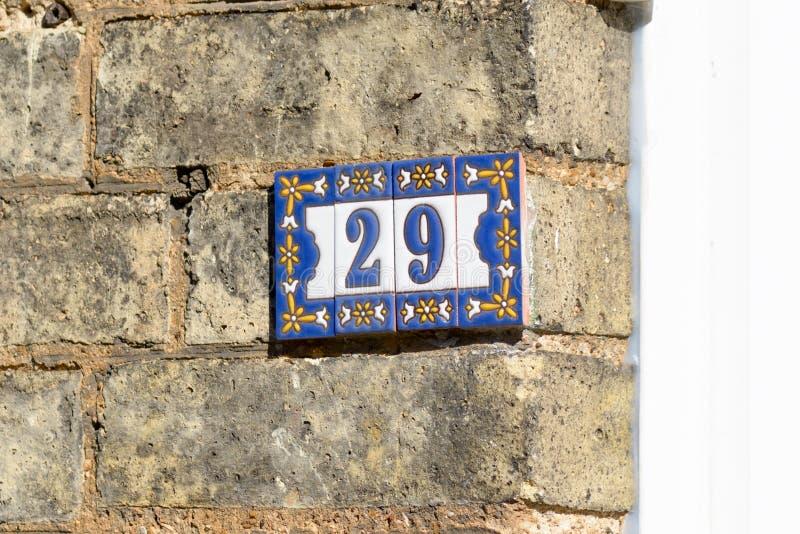 Zeichen der Hausnummer 29 auf Wand stockbild