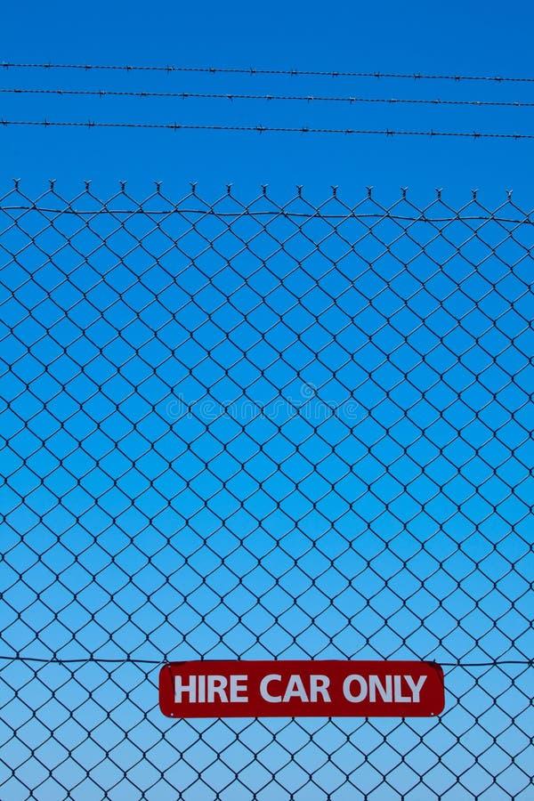 Zeichen des Leihwagens nur auf einem Sicherheitszaun stockbild