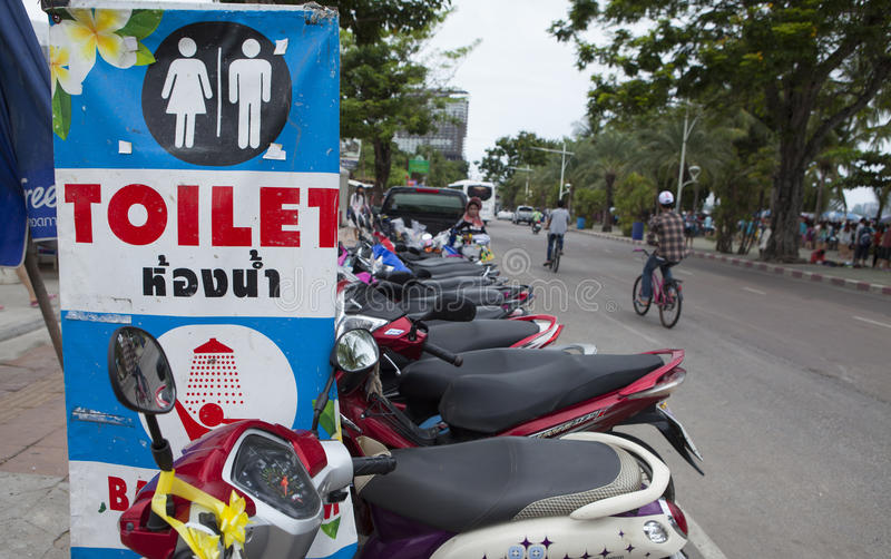 Zeichen des Services für Touristen und Besucher auf der Straßenseite von Pattaya setzen auf den Strand lizenzfreies stockbild