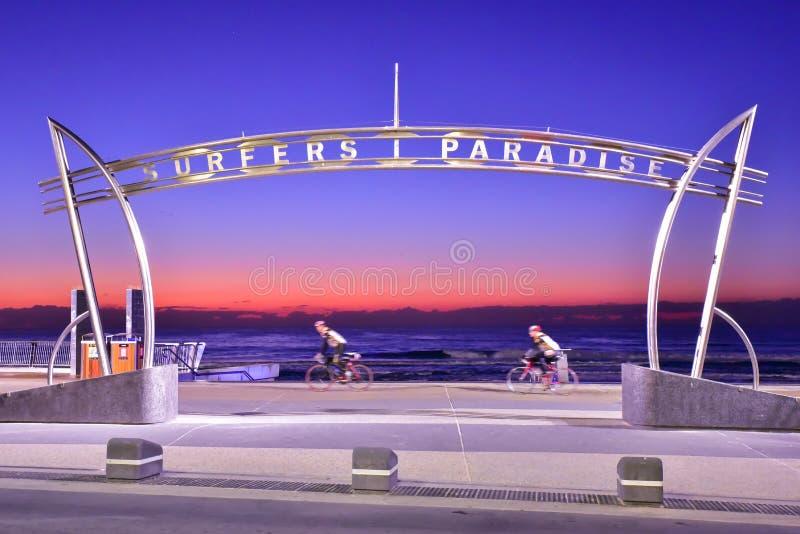 Zeichen des Surfer-Paradieses zur Sonnenaufgangzeit stockfoto