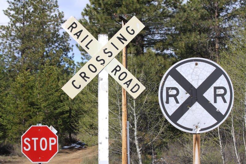 Zeichen an einem Bahnübergang stockfotos