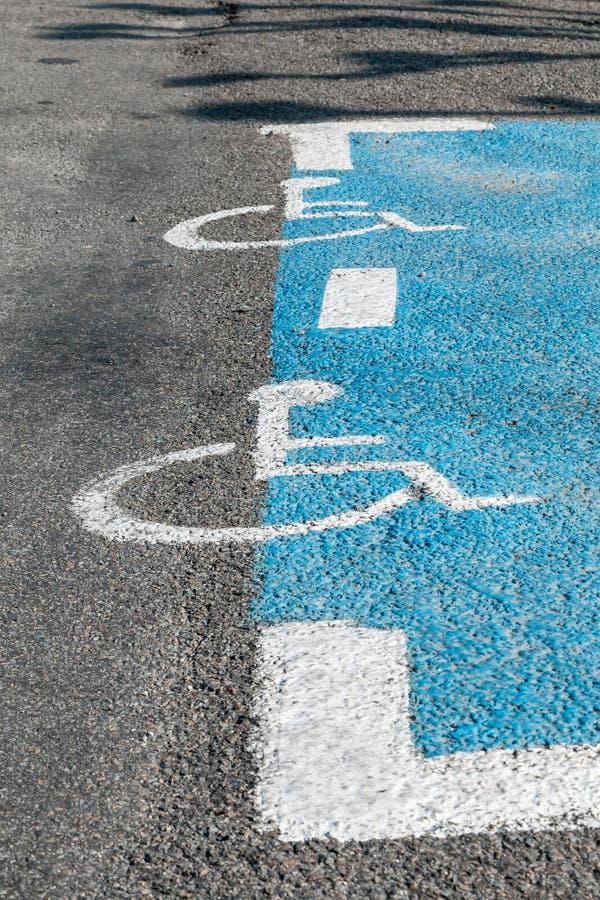 Zeichen für behindertes Parken im Boden stockfoto