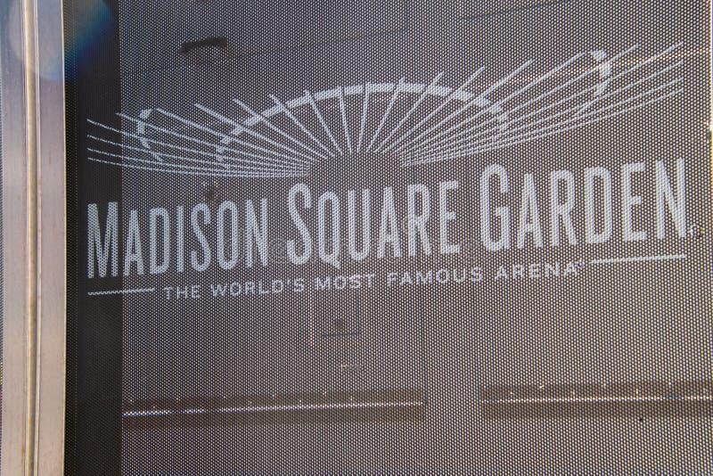 Zeichen für Madison Square Garden auf einem Maschenvorhang, der den Bau an diesem Standort blockiert stockbilder