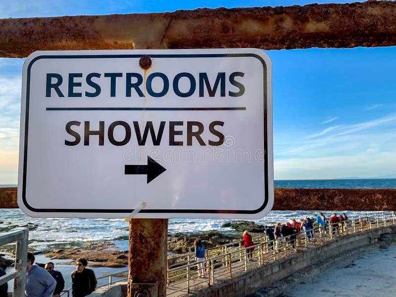 Zeichen für Toiletten und Duschen an La- Jollastrand stockfotos