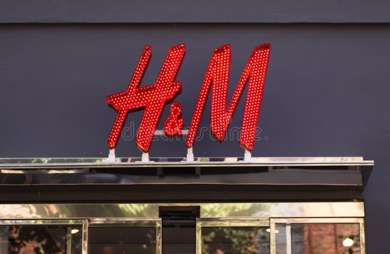 Zeichen Firmenzeichen H&M Store H&M Hennes u. Mauritz AB ist eine schwedische multinationale Einzelhandelkleidungsfirma lizenzfreies stockfoto