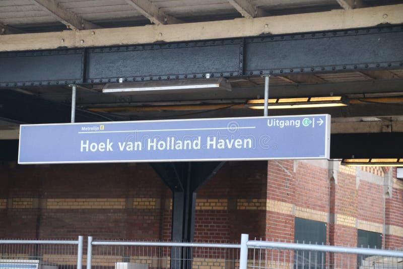 Zeichen am hellen Bahnhof Hoek-Packwagen Holland, in dem Halt für das Hoekse Lijn aber wegen technischen i noch nicht laufen gesc stockfotografie