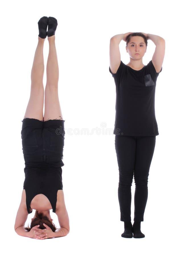 Zeichen II bildete durch menschliche Körper zwei Mädchen, die Gleichgestelltes aufwerfen lizenzfreie stockbilder