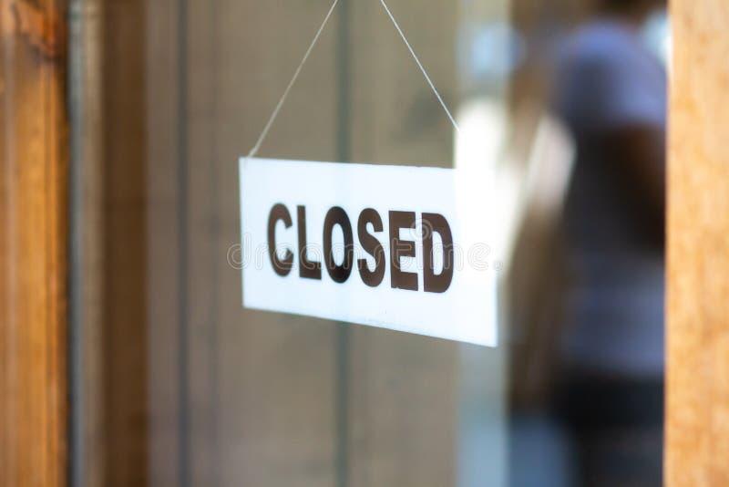 Zeichen ist auf Tür des Speichers geschlossen lizenzfreie stockbilder