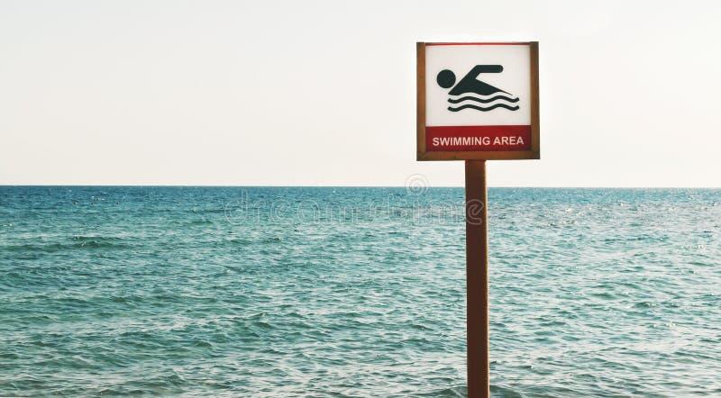 Zeichen kann auf den Seestrand schwimmen stockfotos