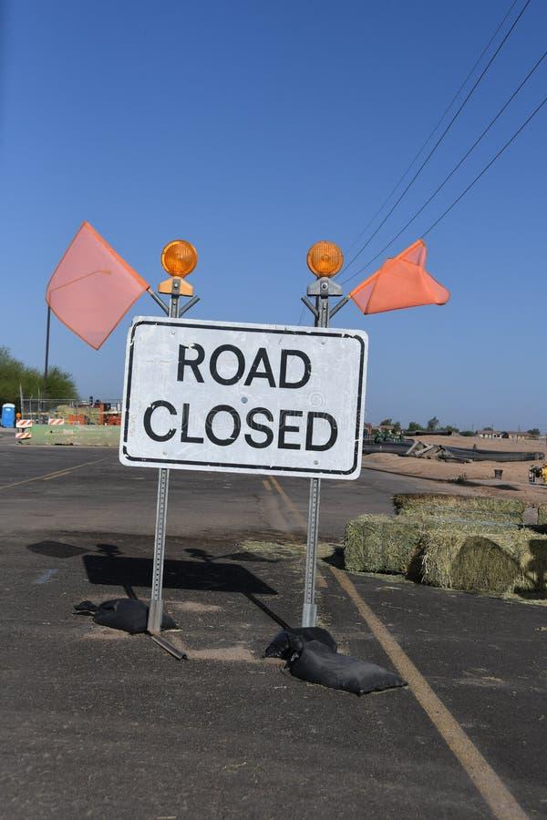 Zeichen-Klipppfad der Straße geschlossener stockfoto