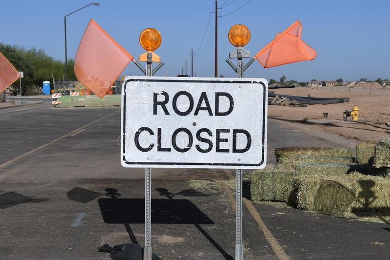 Zeichen-Klipppfad der Straße geschlossener stockbild