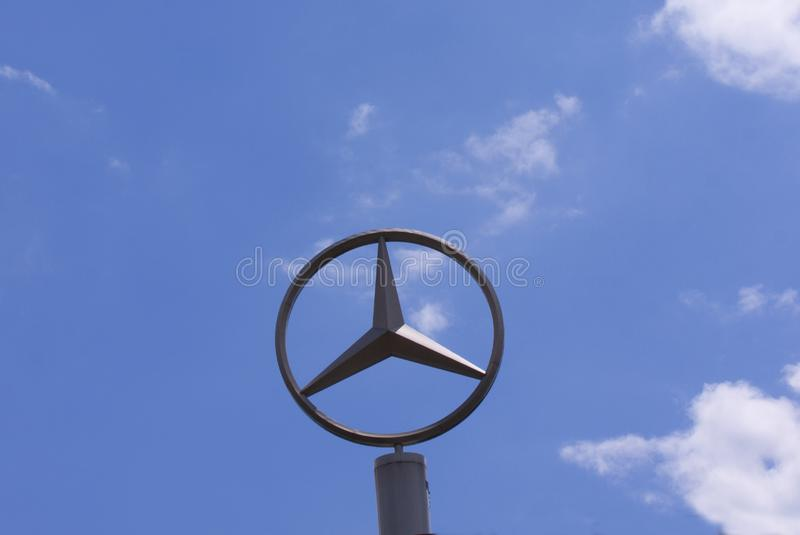 Zeichen mit dem Logo von Mercedes-Benz Daimler AG Deutsche multinationale Automobilmarke stockfoto