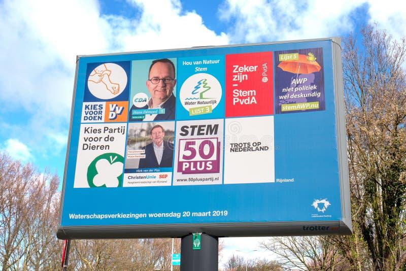 Zeichen mit den politischen Parteien und ihrer Liste von Traktoren f?r die provinziellen Rats- und Wasserverbandwahlen lizenzfreie stockfotografie
