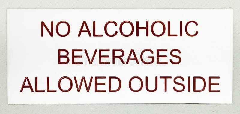 Zeichen mit dunkelroter Beschriftung KEINE ALKOHOLISCHEN GETRÄNKE ERLAUBTE HERAUS lizenzfreies stockbild