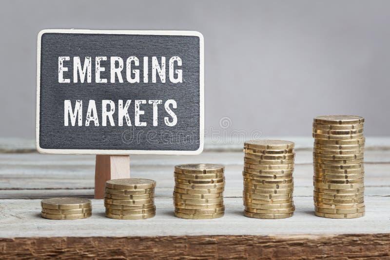 Zeichen-neue Märkte mit Wachstumsmünzenstapeln stockfotografie