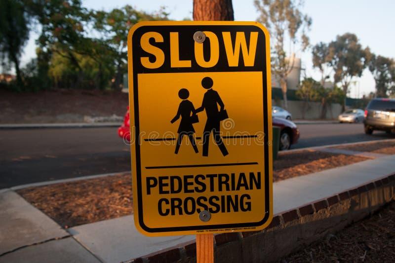 Zeichen sagt LANGSAMEN FUSSGÄNGERÜBERGANG auf der Straße von Los-Engeln, Amerika Straßenschilder bedeutet die Verkehrsregel, die  stockbild