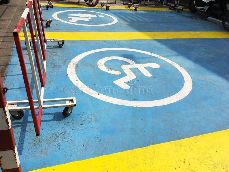 Zeichen und Symbol des reservierten Parkplatzes für Behinderter und stockbilder