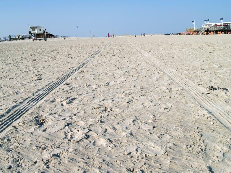 Zeichen von Autos auf dem Strand stockfotografie
