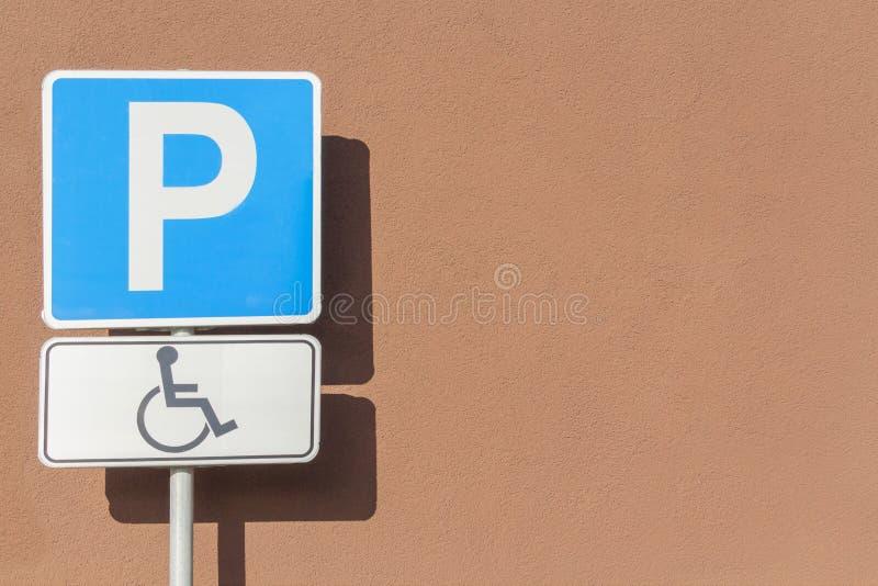 Zeichen von Leuten mit einer Mobilitätsbeeinträchtigung auf Parkplatz stockbild