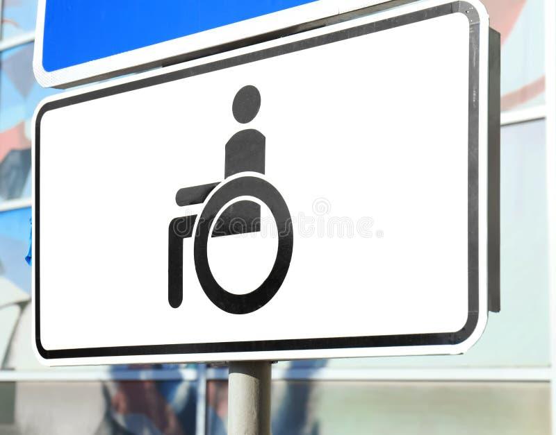 Zeichen von Leuten mit einer Mobilit?tsbeeintr?chtigung auf Parkplatz stockfotos