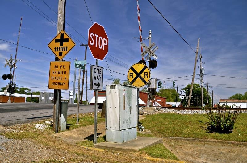 Zeichen vor einem Bahnübergang stockbilder