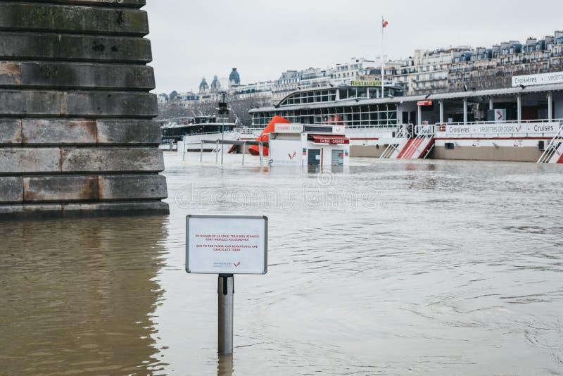 Zeichen, welches die Annullierung von den Kreuzfahrten wegen der gehobenen Wasserspiegel von Fluss die Seine in Paris, Frankreich lizenzfreie stockbilder