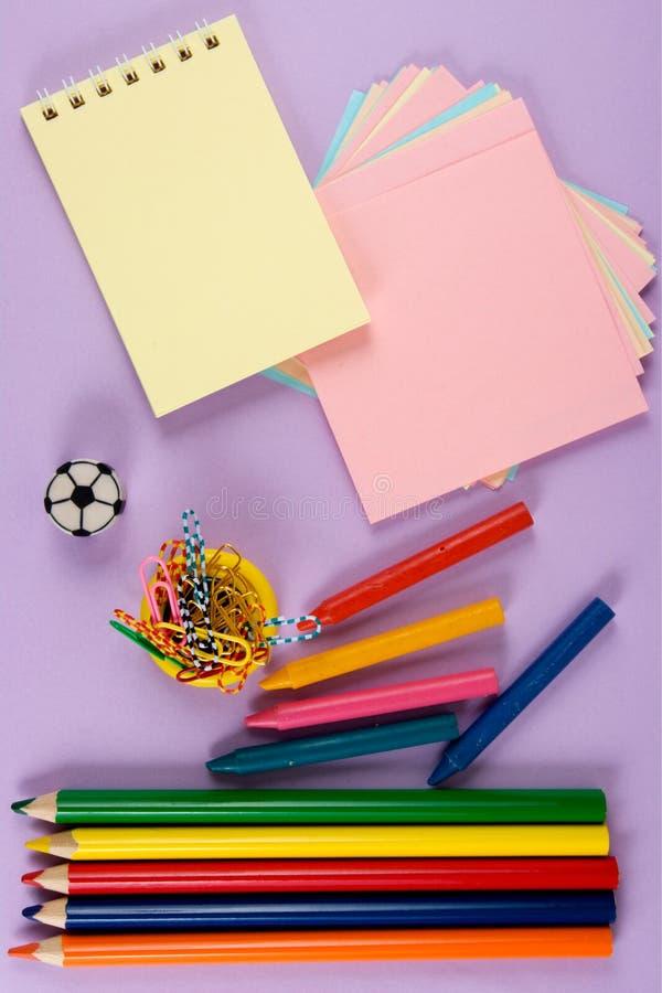 Zeichenstifte, Papier, Bleistift stockbild