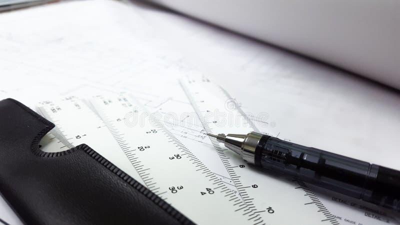 Zeichentisch und Geräte die nützlich für Architektur- und technische Konstruktionszeichnung stockfotografie